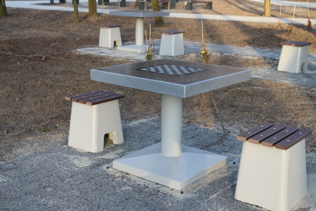 siedzisko-z-tworzywa-do-stol-do-gier-mala-architektura-miejska